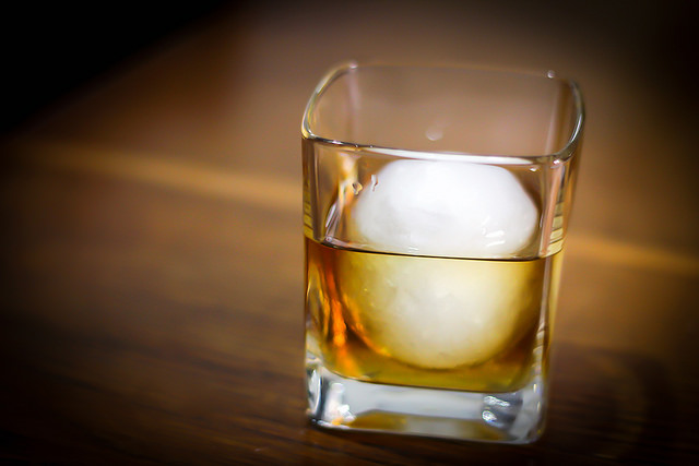 Whiskey con palla di ghiaccio photo by Wine Dharma
